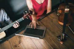 Онлайн уроки инструментального произведения игры музыкальной школы Стоковое фото RF