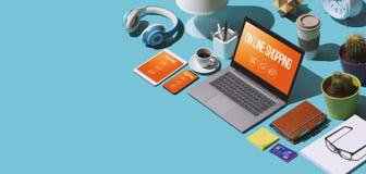 Онлайн ходя по магазинам приложения на ноутбуке и мобильных устройствах стоковые изображения rf