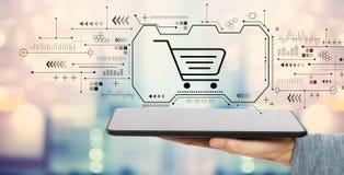 Онлайн ходя по магазинам тема с планшетом стоковое фото