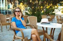 ОНое беспристрастн изображение молодой женщины говоря на телефоне в кафе Стоковое фото RF