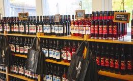 ОНТАРИО - КАНАДА, 10-ОЕ ОКТЯБРЯ 2017: Ассортимент вина клюквы, озер винодельни Muskoka, Канады Стоковая Фотография RF
