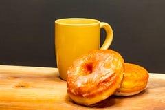 2 донута с желтой кофейной чашкой Стоковые Фото