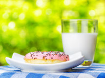 донут и стекло молока стоковые изображения rf