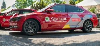 Он автомобили рекламы SKODA припаркованные в начале Vuelta de Espana 2018 стоковые фото
