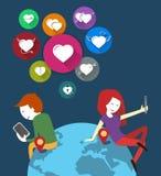 Онлайн датировка Люди в любящее виртуальном пары в мире мобильных телефонов Установленные сердца значков Плоский дизайн Стоковое Изображение RF