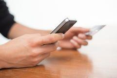 Онлайн-банкинги с smartphone Стоковая Фотография