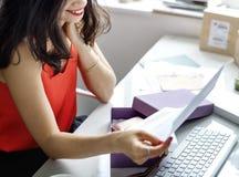 Онлайн концепция Shopaholic продвижения скидки продажи покупок стоковые фотографии rf