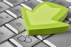 Онлайн ключ медицинских обслуживаний на компьютере здоровье внимательности рукояток изолировало запаздывания Стоковая Фотография
