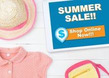 Онлайн магазин покупок продажи лета на магазине таблетки онлайн Стоковое Изображение