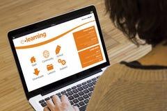 Онлайн обучение компьютера женщины Стоковые Изображения RF
