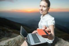 Онлайн оплата пластичной карточкой через банк интернета Стоковые Изображения RF
