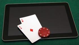Онлайн покер на таблетке Стоковое Фото