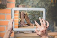 Онлайн покупая ботинки, продажа ботинок женщин Стоковое Изображение RF