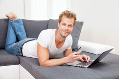 Онлайн покупки от комфорта вашего дома Стоковое Фото