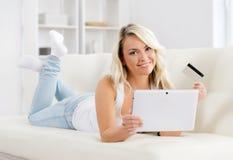 Он-лайн принципиальная схема покупкы Красивая белокурая девушка с кредитной карточкой Стоковые Изображения