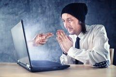 Онлайн разбойничество. Бизнесмен быть облачённый над интернетом. стоковое фото