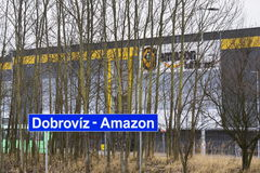 Онлайн снабжение выполнения Амазонки компании розничного торговца строя 12-ого марта 2017 в Dobroviz, чехии Стоковое Фото