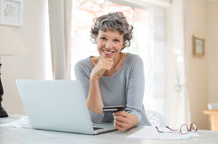 он-лайн старшая женщина покупкы Стоковая Фотография RF