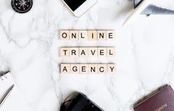Онлайн текст бюро путешествий на роскошной мраморной таблице Стоковое фото RF