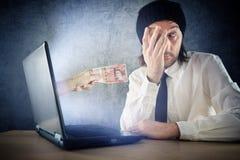 Онлайн фонды денег, удивленное receivin бизнесмена стоковая фотография