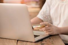 Онлайн ходить по магазинам везде Стоковое Изображение RF