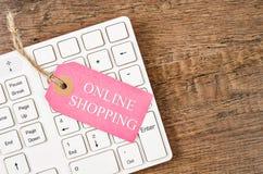 Онлайн shoping цена бирки на белой клавиатуре Стоковое Изображение RF