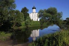 Он белая каменная церковь заступничества самой святой матери бога на Nerli двенадцатый век расположенный на луге близко стоковые изображения