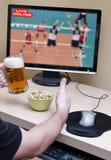 он-лайн наблюдать спорта Стоковые Изображения