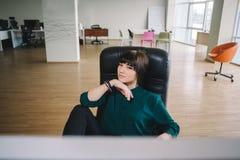 Он молодая дизайнерская красивая девушка смотрит дисплей монитора Современный работник офиса Стоковая Фотография