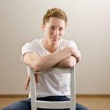 ОН назад детеныши человека стула сидя Стоковые Фото