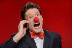 Он не принят серьезно. Портрет сердитого человека с клоуном никаким Стоковое Изображение RF