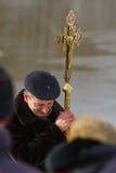 Он обхватывал его голову в молитве Стоковое Фото