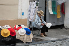 Он пожилая женщина продает handmade вязание крючком, knittware в str Pilies Стоковое Изображение