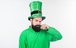 Он получал идеальный усик Бородатый человек празднуя день patricks Святого Ирландский человек с усиком бороды вертясь в зеленом ц стоковые фото