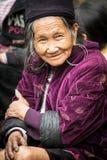 Он портрет старшей племенной женщины в национальных одеждах, Вьетнама Hmong Стоковые Фотографии RF