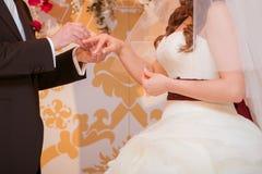 Он положил обручальное кольцо на ее Стоковое Фото