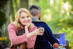 Он трудоголик Счастливые любящие пары ослабляя в парке с ноутбуком Интернета работника человека gamer независимого пристрастивший стоковое фото