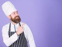 Он чемпион в кухне Идеальный шеф-повар с ясным взглядом Профессиональный шеф-повар в форме повара Счастливый бородатый человек вн стоковые фотографии rf