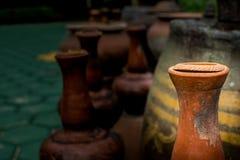 Опарникы гончарни античные для того чтобы украсить взгляд сада красивый стоковые изображения