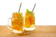 Опарникы домодельного лимонада с отрезанным свежим лимоном, апельсином, известка, Стоковое Фото