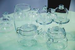 Опарникы и вазы стекла для варенья на таблице Стоковые Фотографии RF