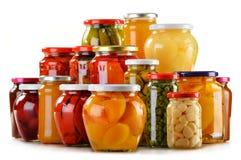 Опарникы при fruity изолированные варенья компотов и замаринованные овощи стоковое фото rf