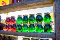 Опарникы с красным и зеленым медом для продажи как сувенир в рынке outdoors стоковая фотография rf
