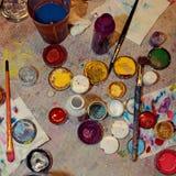 Опарникы с различной краской для рисовать на стороне стоковое фото rf