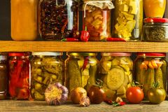 Опарникы с разнообразием замаринованных овощей Моркови, чеснок поля, петрушка в glas сохраненная еда Fermented сохранило вегетари Стоковая Фотография