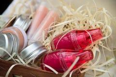 Опарникы с ярким бальзамом губы, опарникы сливк и губные помады в греться Стоковая Фотография