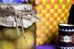 Опарник абрикоса, законсервированные плодоовощи, глина покрасил чашку в кухне eco Стоковое Фото