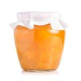 Опарник варенья абрикоса или персика изолированного на белой предпосылке Стоковое фото RF