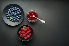 Опарник варенья со свежими ягодами стоковые фото