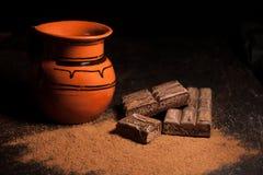 Опарник горячего шоколада и традиционного мексиканского бара шоколадов на черной предпосылке Стоковые Изображения